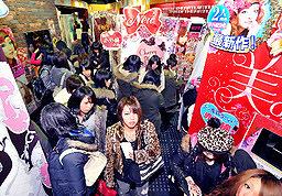 Jóvenes en salón recreativo, zona Purikura exclusiva mujeres.